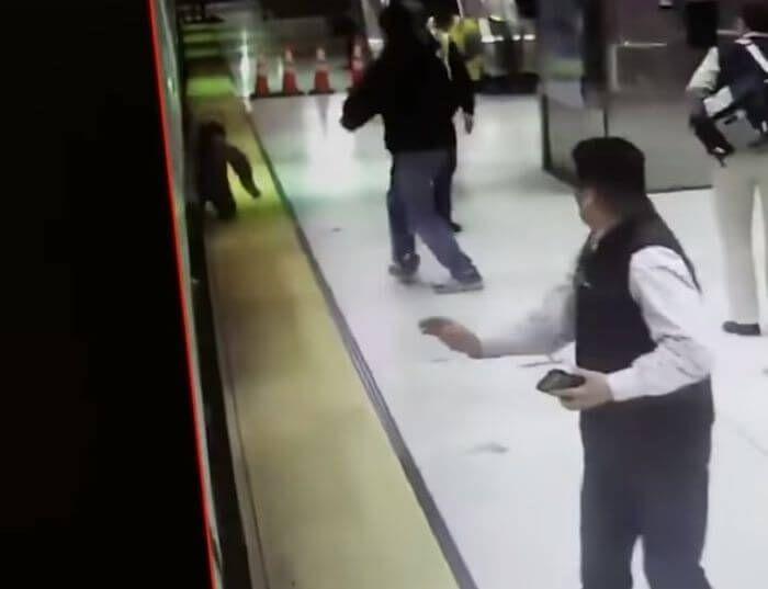 жінка потрапила під потяг метро
