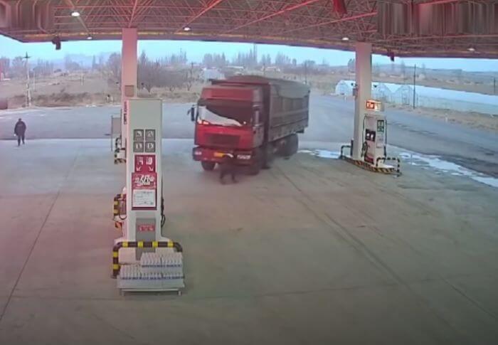 водій зупиняє вантажівку руками