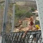 гола дівчина стрибнула з мосту